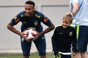 Dàn sao Brazil đưa con tới sân tập trước trận sinh tử với Bỉ