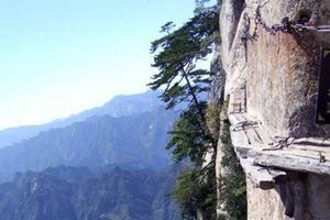 'Thách thức tử thần' ngủ trên vách núi cả nghìn mét