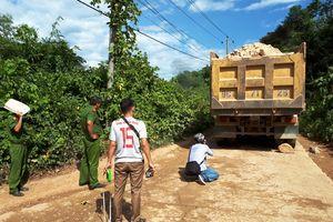 Ôtô tải chở đá bất ngờ trượt dốc cán cô gái trẻ tử vong