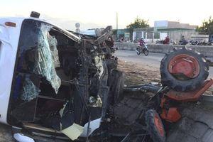 Xe tải tông xe máy cày, 22 người thương vong