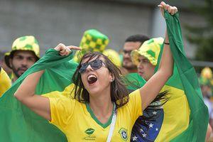 Bóng hồng vẫy cờ không biết mỏi chào đón tuyển Brazil