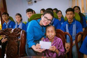 Á hậu Diễm Trinh thăm và tặng quà các gia đình hoàn cảnh khó khăn tại quê hương Cà Mau