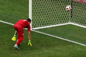 Thủ môn Uruguay bị so sánh với Loris Karius sau sai lầm ngớ ngẩn