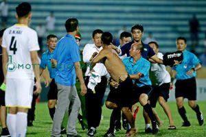 Cho rằng đội nhà bị xử ép, CĐV Nam Định lao xuống sân hành hung tổ trọng tài