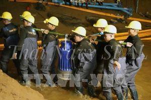 Đẩy nhanh việc khoan hơn 100 lỗ thoát hiểm trên hang Tham Luang