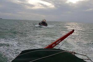 Lai dắt tàu hàng và đưa 14 thuyền viên vào bờ an toàn