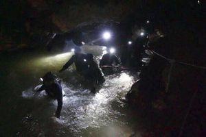 Cách các thợ lặn sẽ đưa đội bóng ra khỏi hang Tham Luang