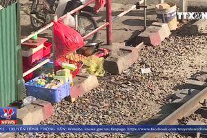 Nguy hiểm rình rập khi họp chợ trên đường tàu