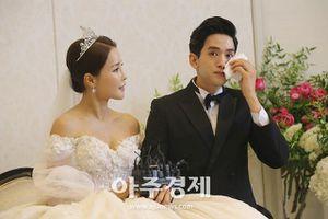 Ông xã kém 17 tuổi của mỹ nhân xứ Hàn bật khóc trong ngày cưới