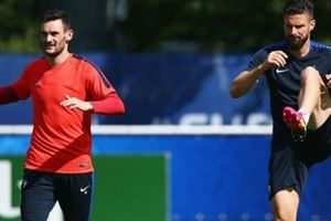 Giroud xin lỗi Courtois sau khi chọn ra thủ môn xuất sắc nhất thế giới