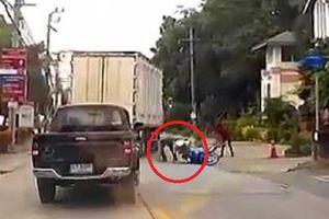 Clip: Tài xế xe tải đánh lái xuất thần, hạ gục 2 tên cướp trong tích tắc