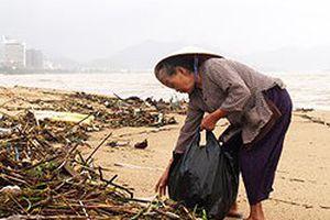 Bà cụ lang thang trên bãi biển khiến nhiều người xấu hổ với chính mình vì thói thờ ơ vô cảm