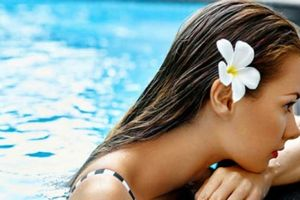 Dưỡng da và tóc bóng mượt khi đi bơi