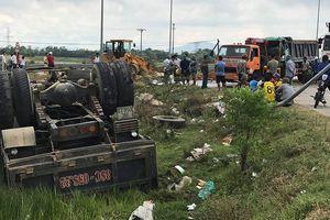 Hai xe tải đâm nhau lật nhào, tài xế may mắn thoát chết