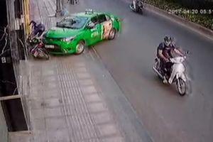 Pha đánh lái điệu nghệ đốn ngã 2 tên cướp của tài xế xe tải