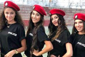 Cận cảnh dàn nữ cảnh sát xinh đẹp mặc soóc ngắn thu hút du khách đang gây tranh cãi