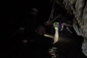 Clip: Cứu hộ lội vào hang Tham Luang, bắt đầu đợt giải cứu cuối cùng