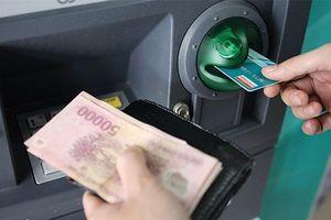 Bốn 'ông lớn' ngân hàng lại tạm dừng tăng phí rút tiền nội mạng ATM