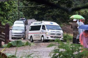 Có thêm 2 cậu bé của đội bóng Thái Lan mắc kẹt được đưa ra khỏi hang