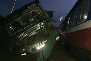 Nghệ An: Chết máy khi băng qua đường ray, xe tải bị tàu hỏa húc văng
