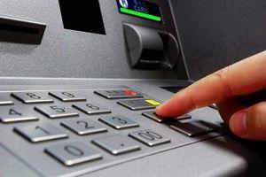 NHNN yêu cầu các ngân hàng dừng tăng phí rút tiền ATM