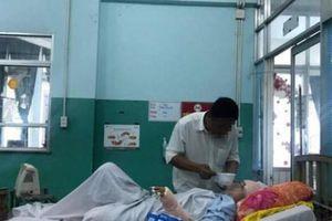 Thanh niên máu lạnh xuống tay, cô gái giả chết dù bị dao găm vào đùi