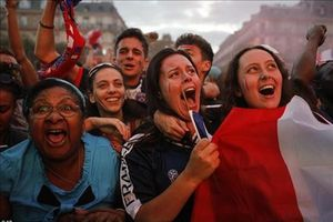 Cổ động viên Pháp xuống đường mở hội sau khi 'Gà trống Gô Loa' vào chung kết