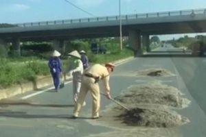 CSGT Hà Nội cùng công nhân vệ sinh môi trường dọn đất cát trên đường