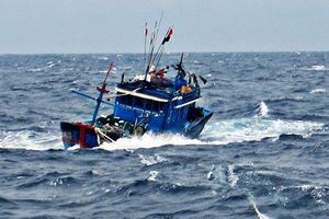 Cứu 7 ngư dân trên tàu cá sắp chìm