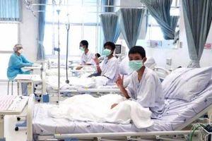 Bố mẹ đội bóng nhí Thái Lan bât khóc khi nhìn con qua kính BV