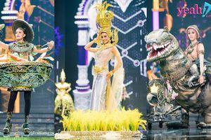 Hết chào như hét vào tai khán giả, dàn người đẹp Miss Grand Thái Lan còn biểu diễn quốc phục toàn khủng long, ốc sên...