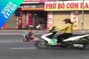 Người đàn ông 'ngồi thiền' giữa làn xe cộ đông đúc