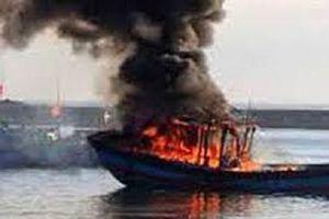 Tàu cá bốc cháy dữ dội lúc giữa khuya ở Cà Mau
