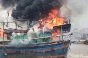 Chập điện từ bình ắc quy, một tàu cá bốc cháy