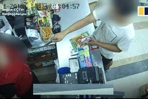 Clip: Cầm dao đòi tiền, tên cướp 'gặp họa' vì nữ thu ngân quá cứng rắn