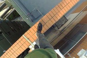 Chóng mặt, thót tim với chàng trai đi bộ trên nóc tòa nhà 55 tầng