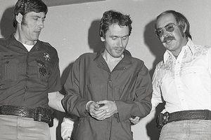 Tuổi thơ bí ẩn của kẻ giết người hàng loạt man rợ nhất nước Mỹ