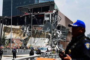 Kinh hoàng trung tâm thương mại mới khai trương đã đổ sập tan tành