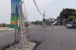 Bất cập trạm biến áp và cột điện 'sừng sững' giữa lòng đường
