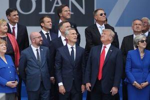 Bức ảnh gây 'sốt' cho thấy rõ tình trạng chia rẽ trong NATO Bức ảnh ghi lại khoảnh khắc Tổng thống Mỹ Donald Trump nhìn về hướng ngược lại so với các nhà lãnh đạo khác khi chụp ảnh chung trước lễ khai mạc Hội nghị Thượng đỉnh NATO gây sốt trong cộng đồng