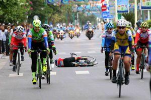 Tay đua TP.HCM gặp nạn ngày xe đạp nữ An Giang khởi tranh