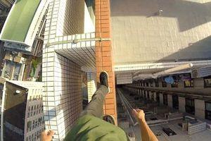 Nam thanh niên đi bộ trên mép tòa nhà cao 55 tầng