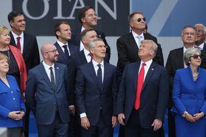 Ông Trump lại gây 'sốt' dư luận với bức ảnh 'một mình một hướng'