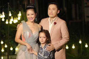 Hậu ly hôn, con trai được Hồng Nhung đưa tới buổi ghi hình với Lam Trường