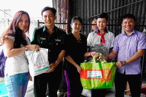 Thăm, tặng quà thân nhân Trung úy Bùi Ngọc Hiếu, cán bộ, chiến sỹ và học sinh nghèo Ba Tri