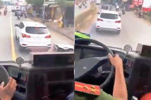 Tài xế 'chặn' xe cứu hỏa: Phạt tiền, tước giấy phép lái xe 2 tháng