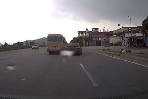 Xe khách đi ẩu, chèn xe Sedan như phim hành động trên quốc lộ