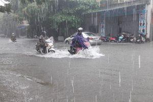 Nhiều đường phố ở Hà Tĩnh ngập nặng do mưa lớn