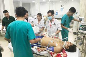 Bay cấp cứu chuyển 2 bệnh nhân từ Trường Sa vào đất liền