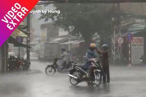 Xúc động người cha đứng giữa mưa nhường áo mưa cho con mình